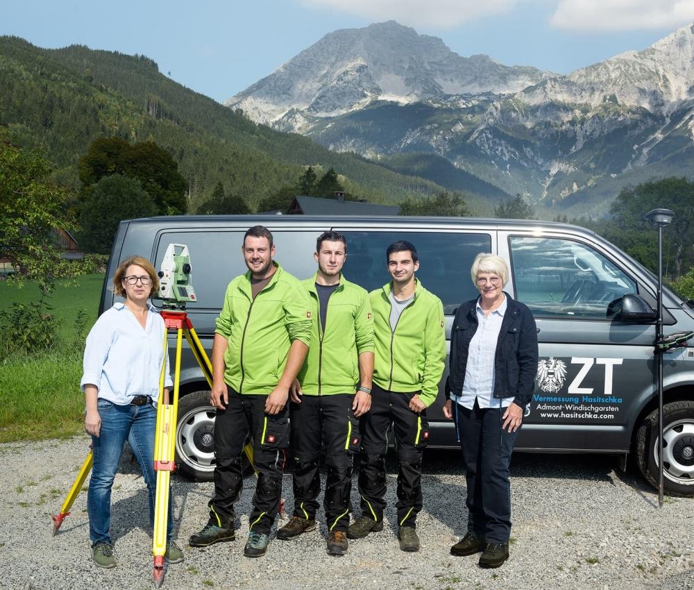 Teamfoto vor Bergpanorama
