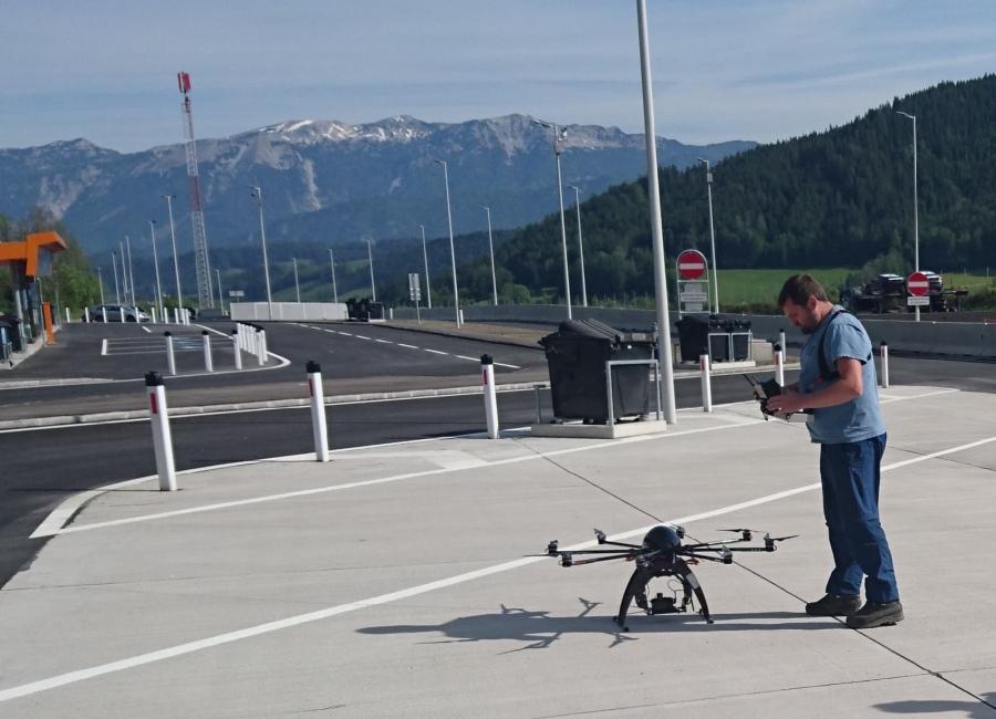 Foto von Mitarbeiter mit Drohne