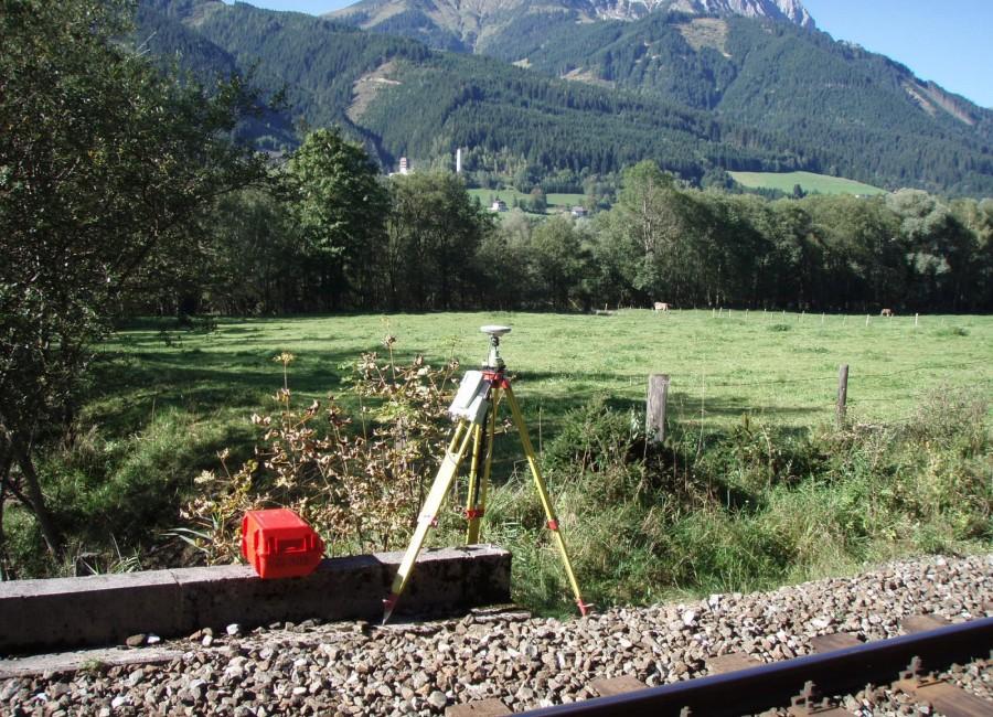 Foto Messgerät an Bahnstrecke vor Bergpanorama