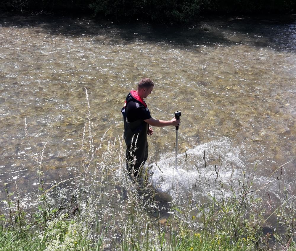 Foto bei Messarbeiten in Fluss